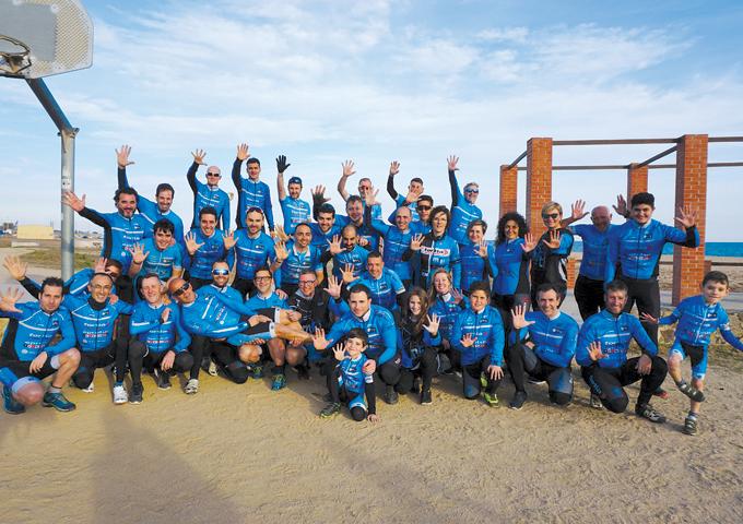 Els components del club, reunits per celebrar el cinquè aniversari a la platja de Malgrat